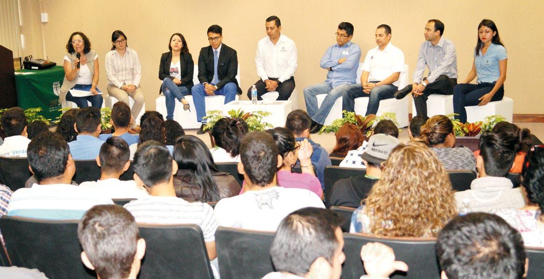 """Participación. Empresas de los sectores público y privado participaron en el foro """"Retos y oportunidades de financiamiento"""", realizado en la Utsem."""