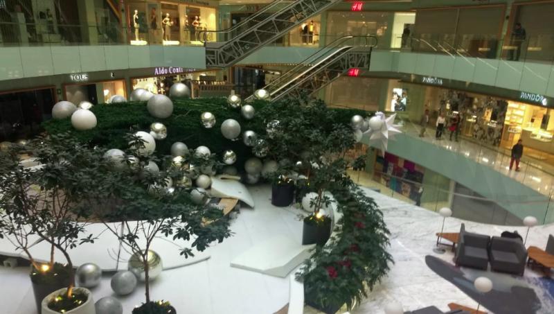 Un árbol de Navidad de seis metros se cae  y lesiona a una persona