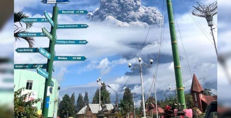 VIDEO: Así se vivió la enorme erupción del volcán Sinabug en Indonesia