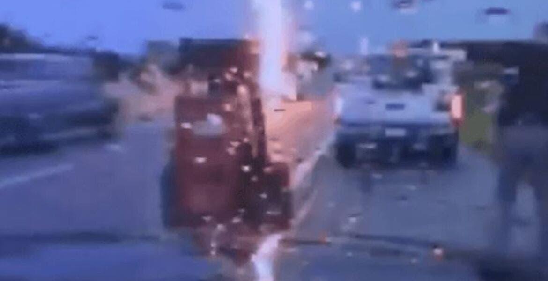 VIDEO: Rayo casi impacta a policía de transito mientras ayudaba a conductor