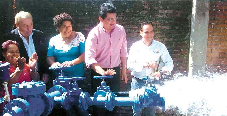 Señalan. Juan Carlos Valencia afirmó que los servicios municipales están operando en números rojos, por la mala administración, así como la falta de inversión en las redes de distribución.