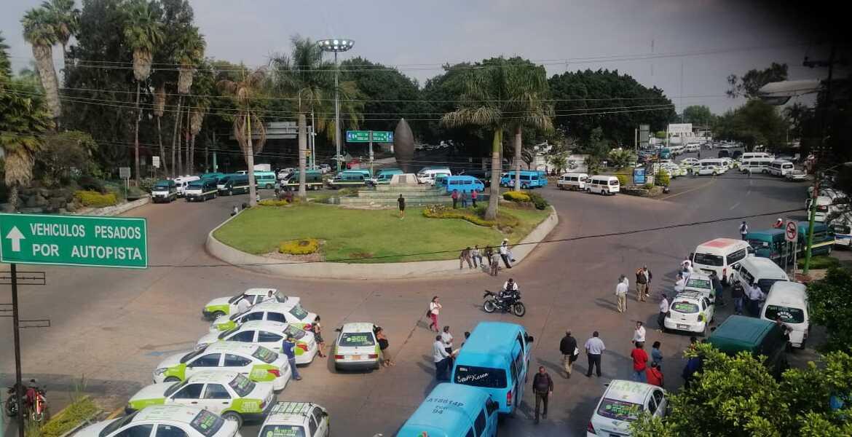 Colapsan transportistas vialidades de Cuernavaca