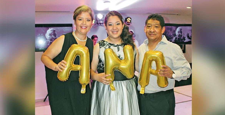 Yuri y Ana Karen Molina con Germán Torres.