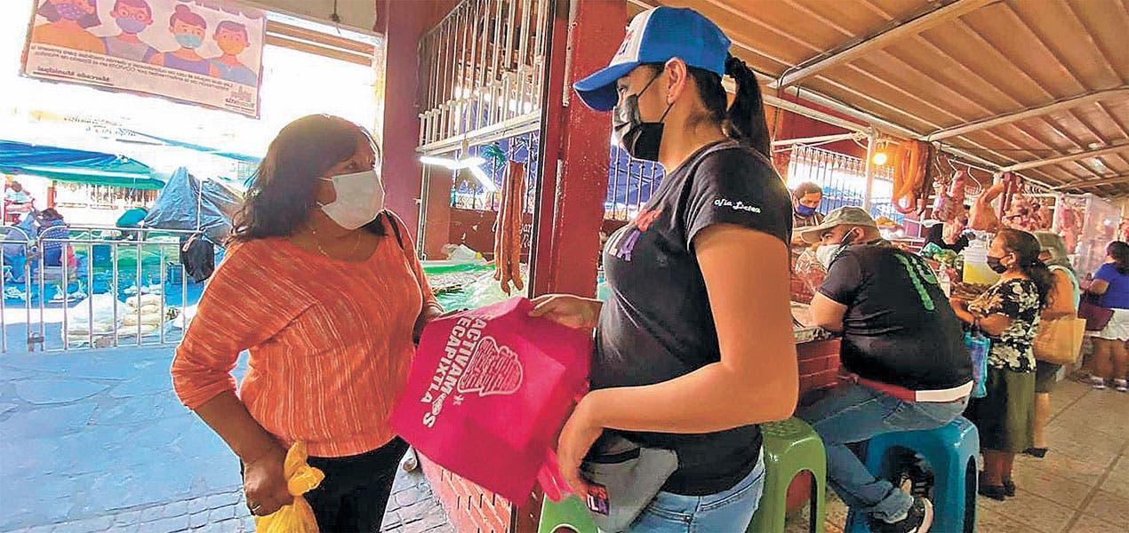 Reparten bolsas ecológicas en Yecapíxtla