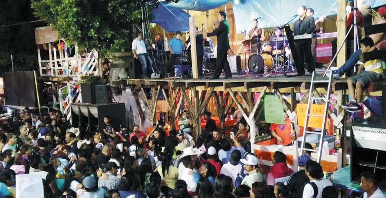 Cae la noche. Desde temprana hora los asistentes abarrotaron uno de los escenarios del carnaval para ver de cerca a los artistas que acudieron al Teatro del Pueblo.