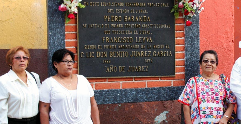 Acto cívico. Autoridades municipales y ciudadanos hicieron guardia de honor en la que fuera la primera sede del Legislativo de Morelos.