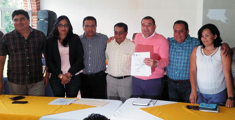 Entrega. El alcalde Agustín Alonso Gutiérrez recibió formalmente las instalaciones del Campo Deportivo Yautepec (CDY) en donde construirán una unidad deportiva.