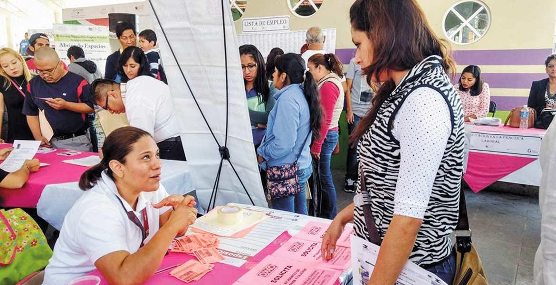 Impulsan. Decenas de personas asistieron a la primera Feria del Empleo celebrada en la Plaza de Arte Jorge Casares, en donde se ofertaron 400 vacantes.