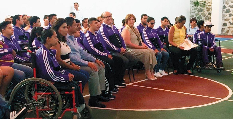 Convivencia. El Gobernador Graco Ramírez y la presidenta del DIF, Elena Cepeda, desearon suerte a la delegación morelense que participará en Colima.