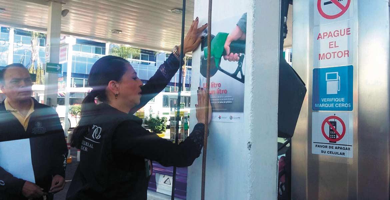 Difusión. La Profeco colocó ayer carteles en las gasolineras del estado para prevenir abusos.