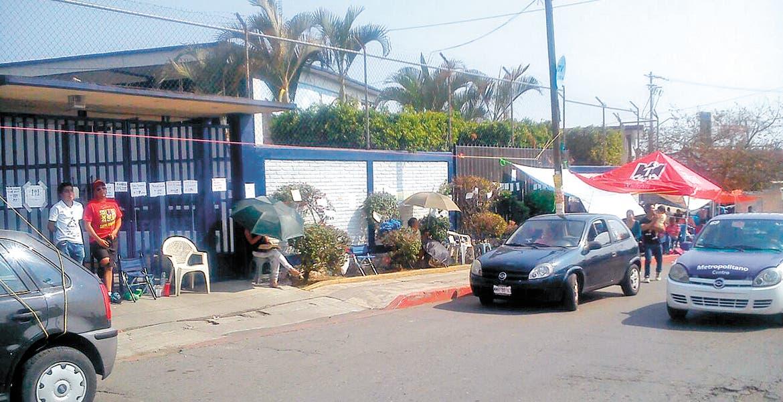 Jiutepec, MORELOS.-Cientos de personas acampan afuera del Centro de Bachillerato Tecnológico Industrial de Servicios (CBTIS) 166 para obtener una preficha de ingreso.