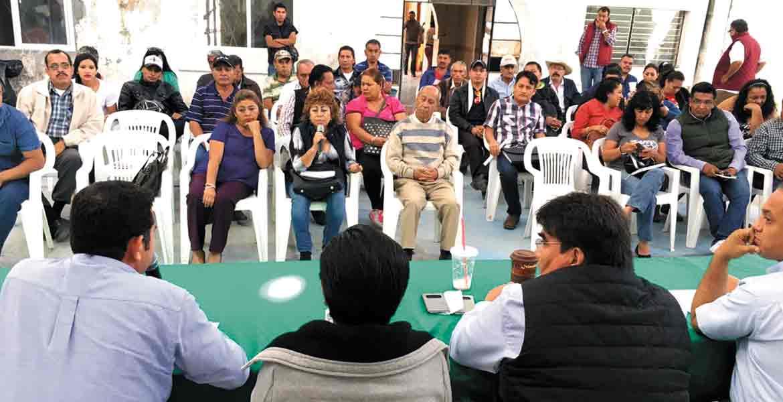 Da la buena noticia. El alcalde de Jiutepec se reunió con ayudantes que ahora serán remunerados por ley.