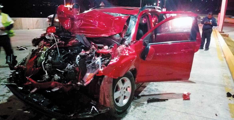 Encontronazo. Cinco personas resultaron lesionadas al destrozar su camioneta al chocar contra un camión de carga, en la autopista Acapulco-México.