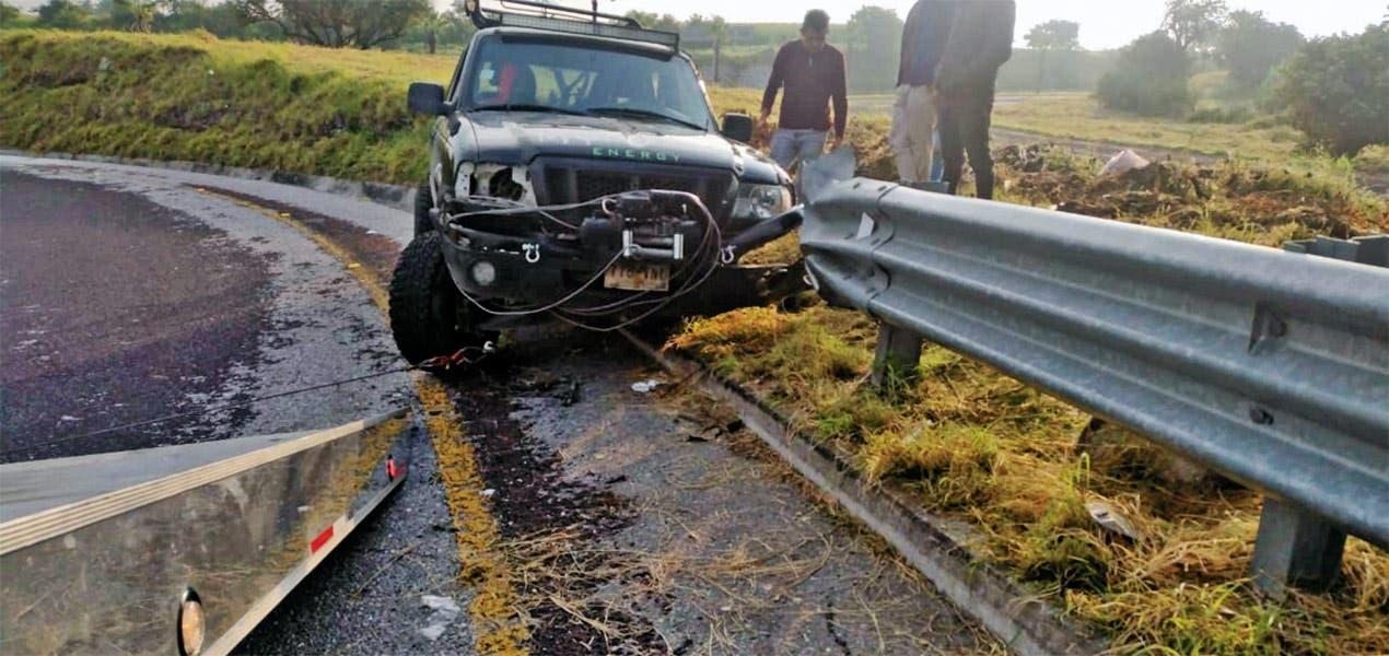 Choca contra valla metálica de carretera