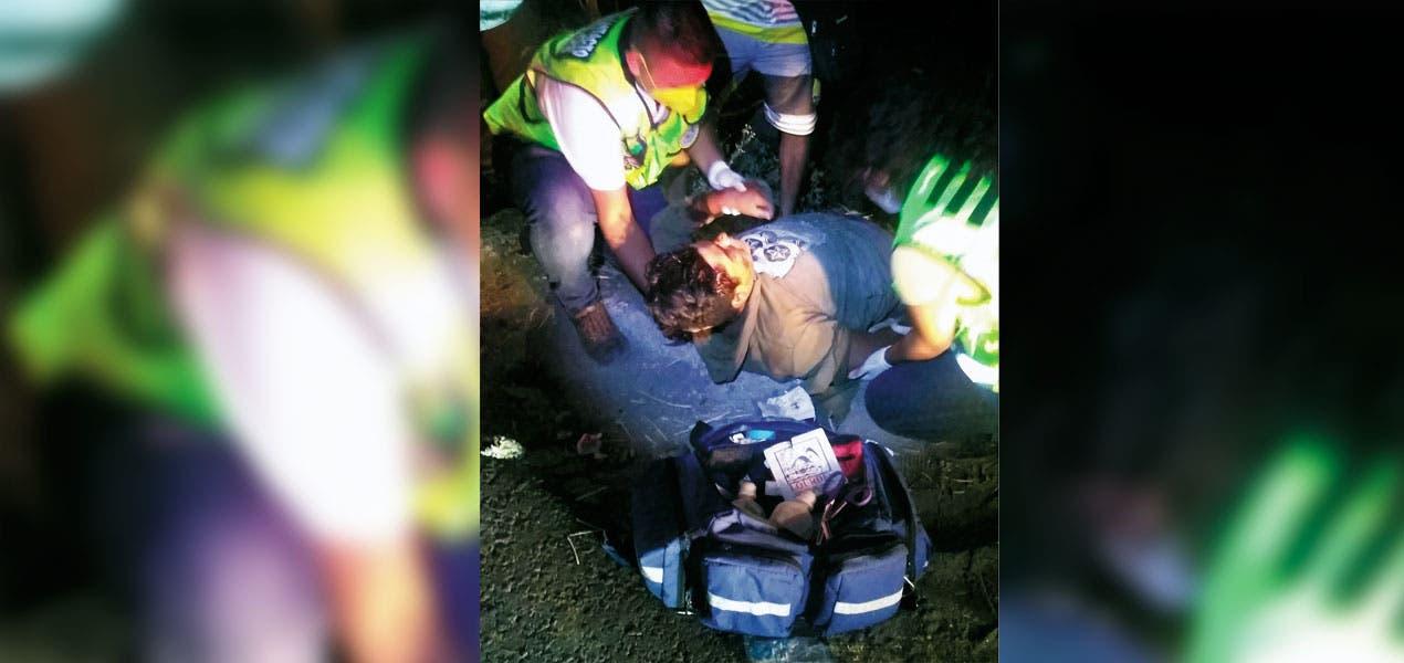 Conductor de camioneta manda a joven a canal de riego al atropellarlo