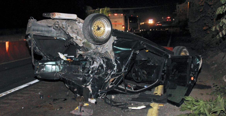 Accidente. Una pareja resultó con algunos golpes en el cuerpo al destrozar su auto en una volcadura.