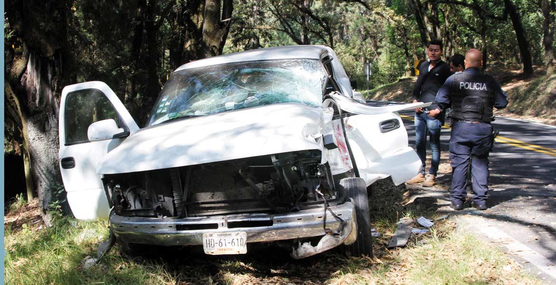 Auxilio. Dos hombres y una mujer fueron rescatados de una camioneta en donde quedaron prensados, luego de que fueran impactados por un camión tipo torton, en la carretera federal Cuernavaca-México, a la altura del entronque a Huitzilac.