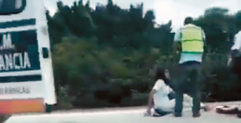 Atención. Una pareja de motociclistas resultó lesionada al chocar cuando intentaban rebasar a un camión en la autopista México-Acapulco, en las obras del Paso Express.