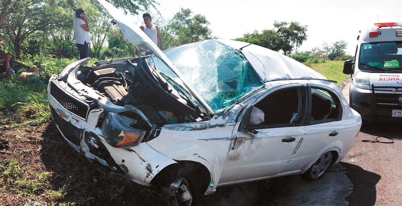 Vuelca en la autopista y destroza su auto