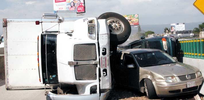 Accidente. Milagrosamente, los 10 ocupantes de la Windstar salvaron la vida, luego de que regresaban de un viaje que realizaron en Colima.