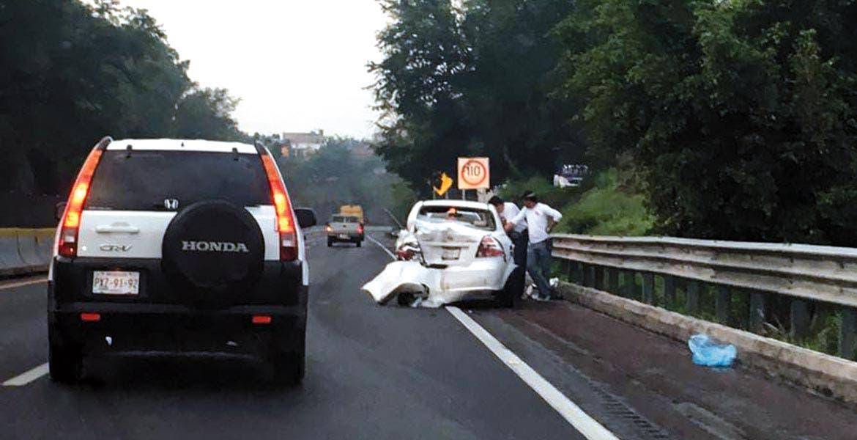 Daños. El no respetar el límite de velocidad y el conducir cuando se habla por celular son las principales causas de percances.