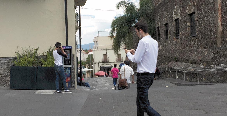 Atrapan. En el Centro de Cuernavaca fueron captados estos jóvenes caminanado y buscando a los pokemones para atraparlos.