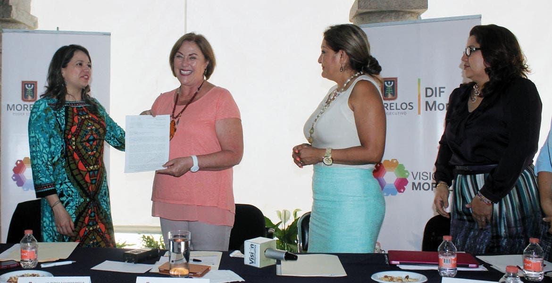 Premio. Elena Cepeda de León recibió el reconocimiento de manos de la Secretaria de Relaciones Exteriores.