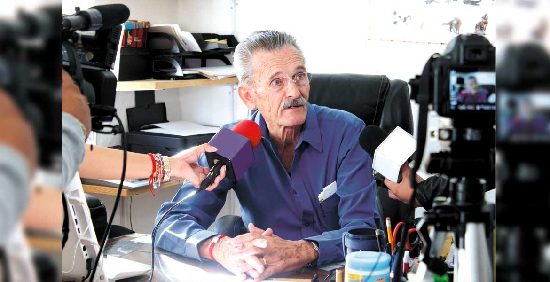 Petición. Carl F. Haymes, activista en pro de los animales, invitó a la población a ser responsables de sus mascotas.