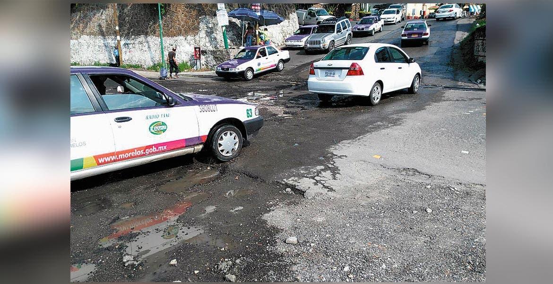 Daños. Las obras del Paso Express están provocando baches y grietas en calles de esta colonia.