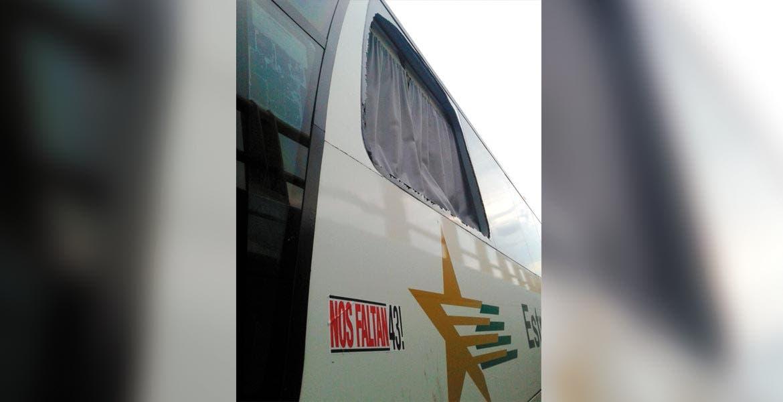 Saldo. El autobús en donde viajaban los padres de los 43 normalistas de Ayotzinapa a la Ciudad de México, sólo presentó daños en las ventanas.