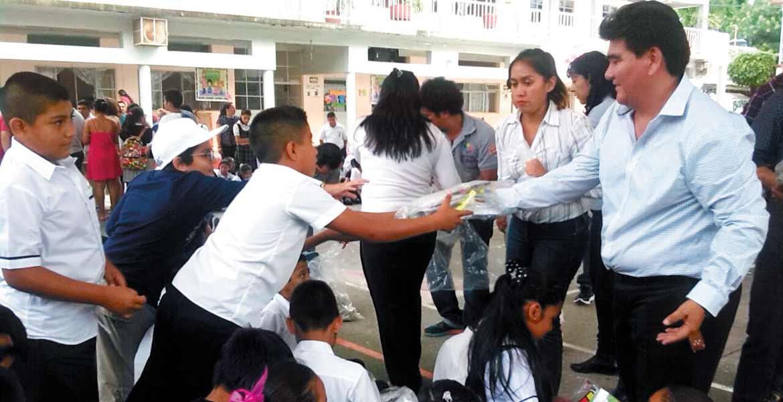 """Acto. En la primaria """"Adolfo López Mateos"""", el alcalde inició la entrega de los miles de paquetes de útiles escolares."""