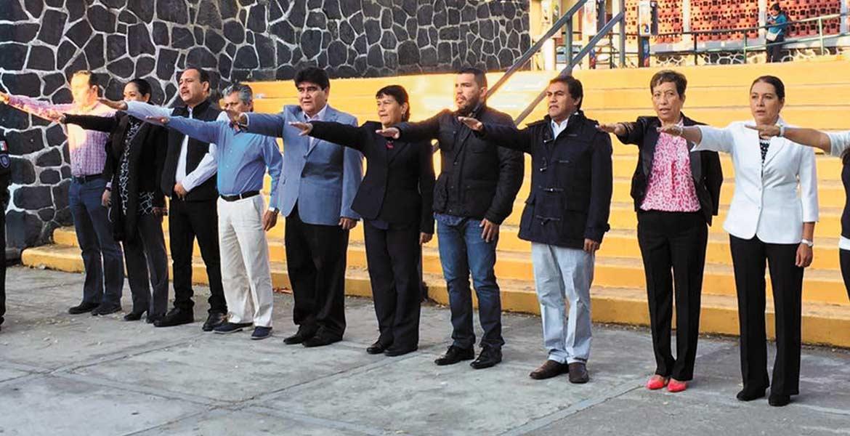 Primero. El presidente municipal Manuel Agüero y su equipo realizaron los primeros Honores a la Bandera del año, y posteriormente, señaló que el cumplimiento de los contribuyentes sacará adelante al municipio.