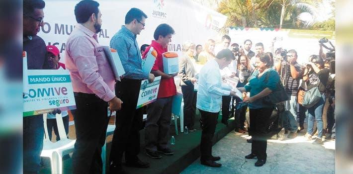 Evento. El secretario de Gobierno, Matías Quiroz Medina, hizo entrega ayer de 113 alarmas vecinales, que servirán para igual número de Comités de Vigilancia.