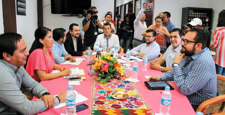 Sesión. Los coordinadores parlamentarios recibieron al director del Instituto de Desarrollo y Fortalecimiento Municipal, Francisco Velázquez.