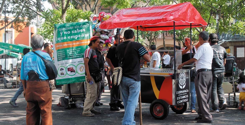 Permisos. Vendedores de elotes y de globos, entre otros, urgen su regreso a la plaza de armas para ofrecer sus productos.