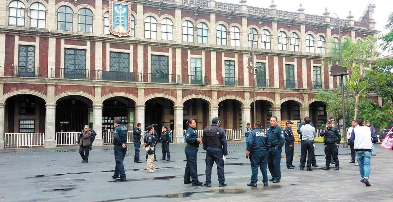 Vigilancia. Policías resguardan el Zócalo ante un aviso de que comerciantes se instalarían.