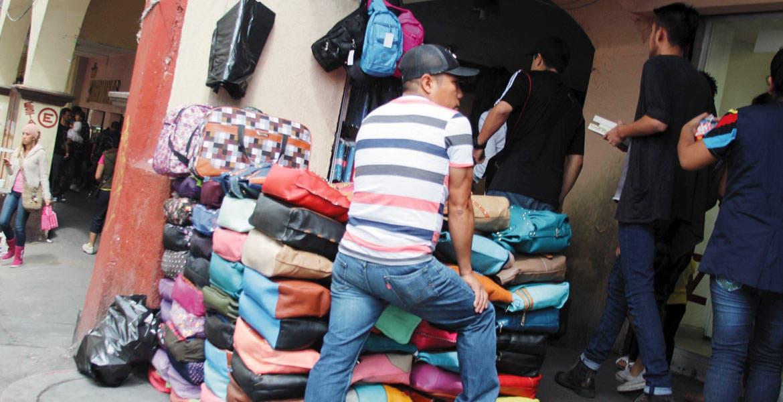 Comercio. Amparados por NGS y permitido por la comuna, decenas de vendedores informales se apropian de las calles de Guerrero, No Reelección y Degollado.