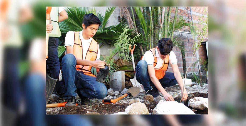 Becarios. Estudiantes participan en la siembra de especies de árboles originarios del estado