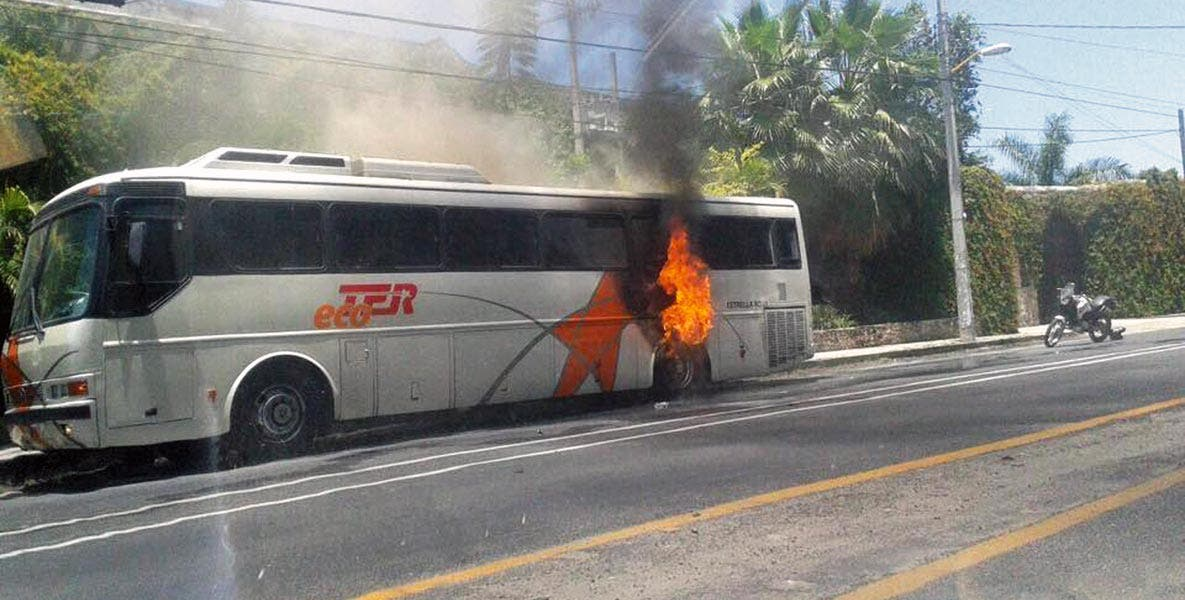 Conflagración. Un autobús Estrella Roja ardió debido a un cortocircuito, cuando circulaba por San Carlos.