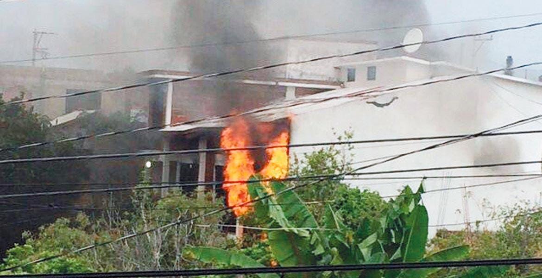 Arde. Dos niveles de una casa de la colonia Lomas de Tzompantle fueron consumidos por un incendio suscitado por causas desconocidas.