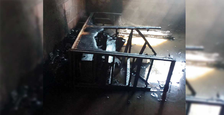 Daños. Un incendio arrasó con muebles, ropa y aparatos electrónicos, luego de que presuntamente dejaran una veladora encendida.