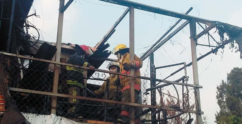 El trabajo. Un incendio arrasó con una habitación de madera y lámina, la cual era usada como bodega en una casa del poblado de Chamilpa, en Cuernavaca.