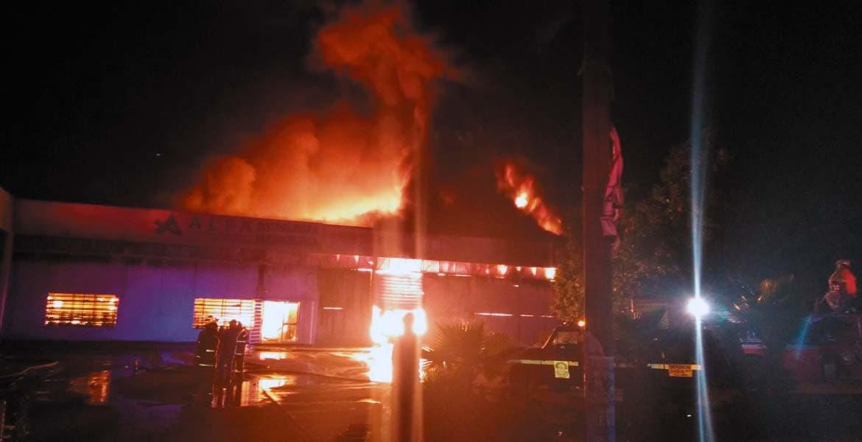 Conflagración. Una bodega de unicel y una distribuidora farmacéutica quedaron en ceniza al ser consumidas por un incendio.