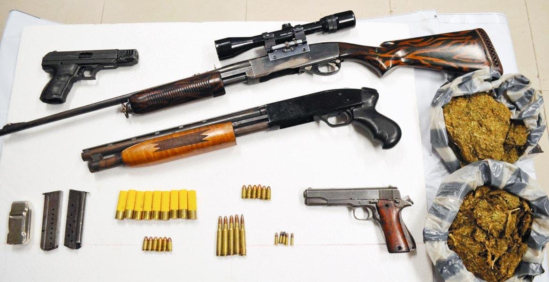 Decomiso. Dos rifles de asalto, dos pistolas y dos bolsas con mariguana, les fueron aseguradas a los tres sujetos detenidos.