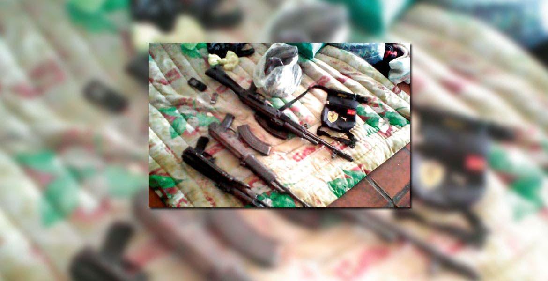 Las armas. Cinco rifles de asalto AR-15 y AK-47 fueron decomisados en la casa de seguridad cateada por agentes federales.