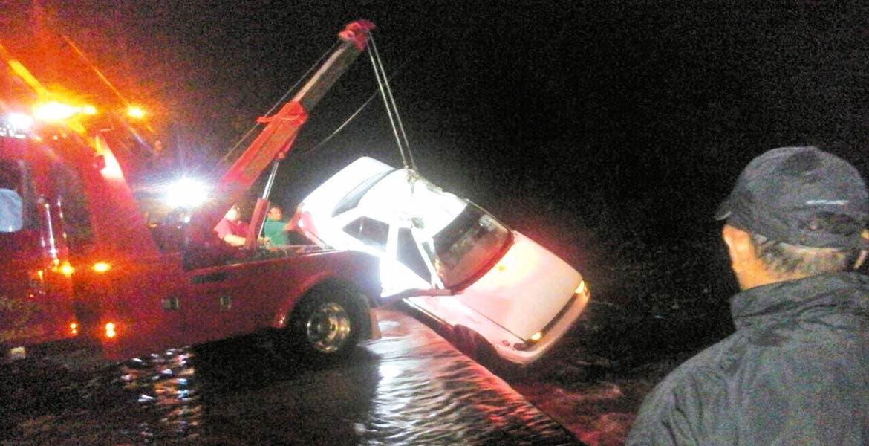 Taxi donde viajaba la pequeña fue arrastrado en un vado de la carretera Oacalco-Yautepec
