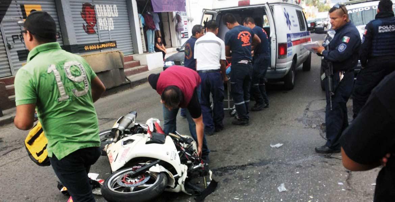 Atención. Un motociclista resultó lesionado al impactarse contra una camioneta guiada por una mujer que salió de más, en la calle Tulipán Inglés esquina con Tulipán Español.