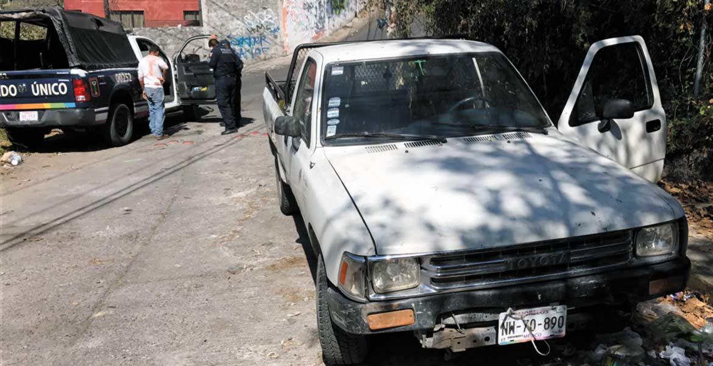 Atraco. Policías estatales hallaron la camioneta del carnicero abandonada en la calle Laurel, de la colonia Club de Golf, luego de que minutos antes fuera asaltado y despojado de 200 mil pesos tras salir de su carnicería en la colonia Lagunilla, de Cuernavaca.