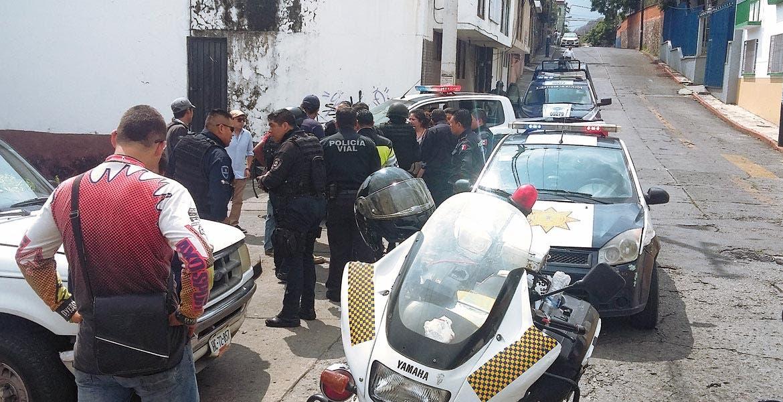 Movilización. Policías toman conocimiento de los hechos luego de que la mujer fuer asaltada por el delincuente.