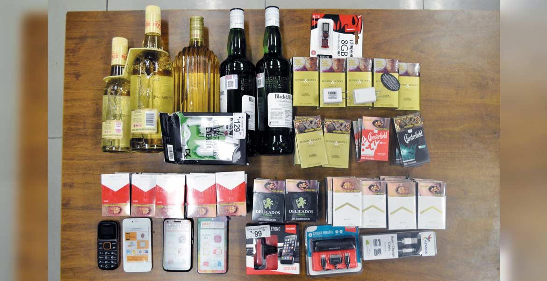 Decomiso. Cigarros, celulares, botellas de licor y otros objetos, les fueron asegurados a los sujetos detenidos.